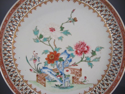 Famille rose reticulated plate 1780 10 inch detail