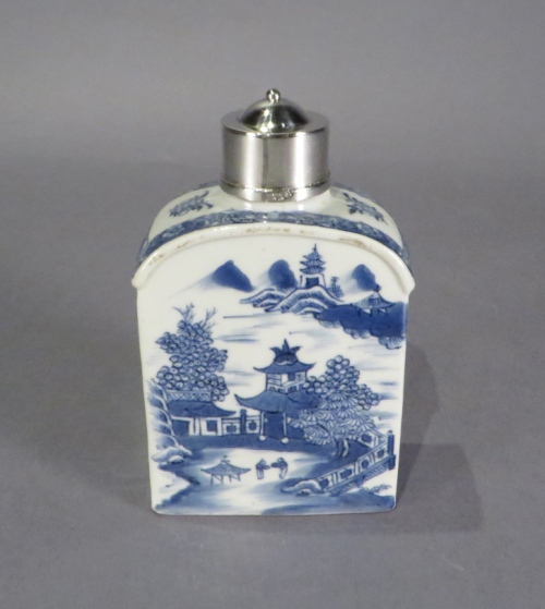 Blue and white tea caddy with silver mounts 1790 detail